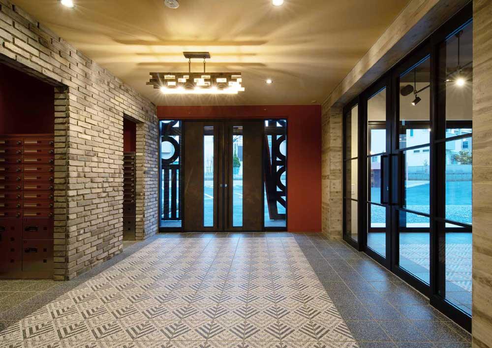 マンションクレセントコート・外からマンションの入口に近づくとまず、パーゴラのあるガーデンがお出迎えします。