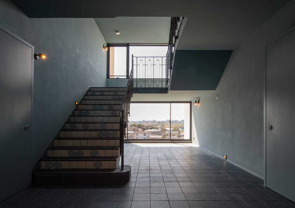 マンションクレセントコート・ 階段は映画に出てくるクラシックな螺旋階段のよう。  見上げれば美しいアイアンの手すり。