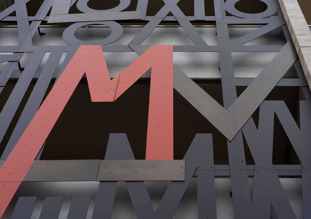 マンションクレセントコート・正面玄関の入り口にはMの頭文字とLOVEが隠れています